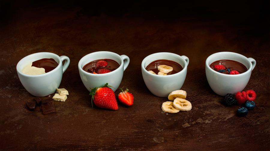 Horká čokoláda s ovocem a praženými ořechy